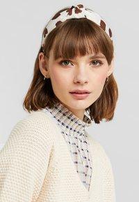Miss Selfridge - HEART PRINTED HEADBAND - Accessori capelli - brown - 0