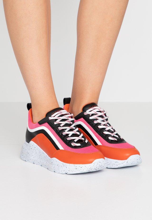 Sneaker low - fuschia