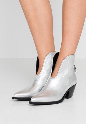 Stiefelette - silver