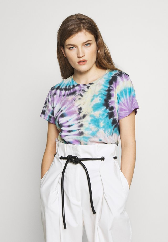 THE BOXY GOODIE GOODIE TEE - T-shirts med print - swirling secrets