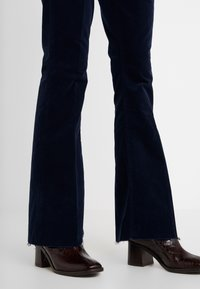 Mother - THE WEEKENDER FRAY JEAN - Relaxed fit jeans - navy - 3