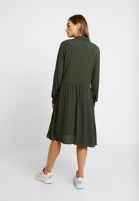 Minimum - BINDIE DRESS - Skjortekjole - racing green - 3