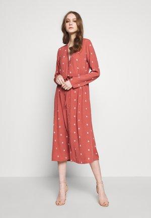 ALTEA - Košilové šaty - marsala
