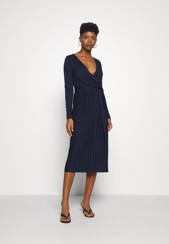 LYGGA DRESS - Sukienka z dżerseju - navy blazer
