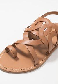 Minelli - Sandály s odděleným palcem - tan - 2