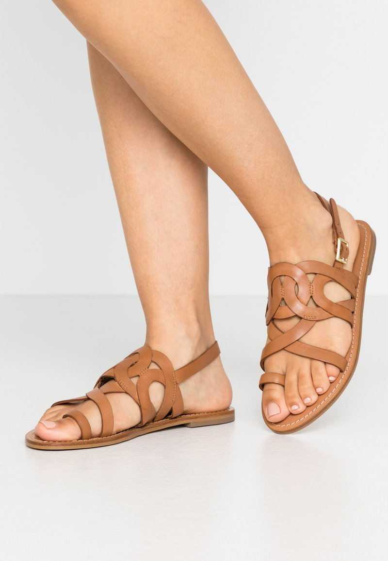 Minelli - Sandály s odděleným palcem - tan
