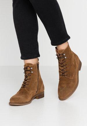 Šněrovací kotníkové boty - camel