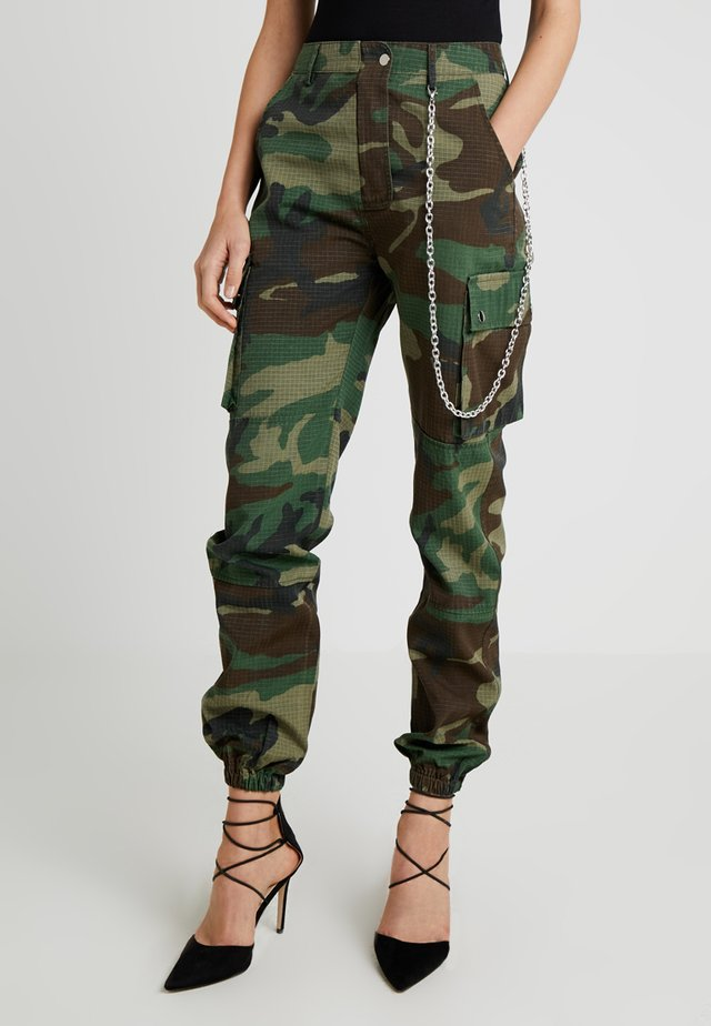MISSGUIDED CAMO TROUSER WITH CHAIN - Kangashousut - khaki