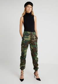Missguided Tall - MISSGUIDED CAMO TROUSER WITH CHAIN - Kalhoty - khaki - 1