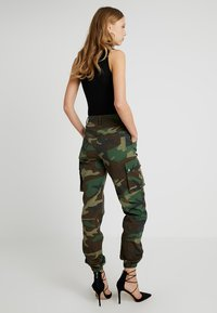 Missguided Tall - MISSGUIDED CAMO TROUSER WITH CHAIN - Kalhoty - khaki - 2
