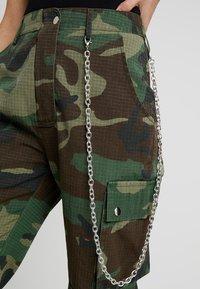 Missguided Tall - MISSGUIDED CAMO TROUSER WITH CHAIN - Kalhoty - khaki - 4