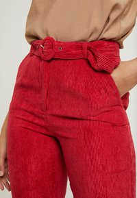 Missguided Tall - HIGH WAISTED BELTED TROUSERS - Pantaloni - oxblood - 4