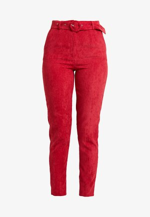 HIGH WAISTED BELTED TROUSERS - Pantalones - oxblood