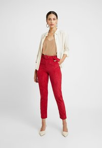 Missguided Tall - HIGH WAISTED BELTED TROUSERS - Pantaloni - oxblood - 1