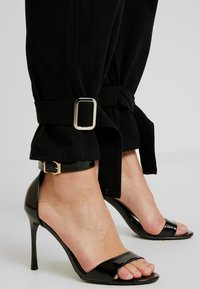 Missguided Tall - UTILITY POCKET BUCKLE CARGO TROUSERS - Pantalones - black - 6