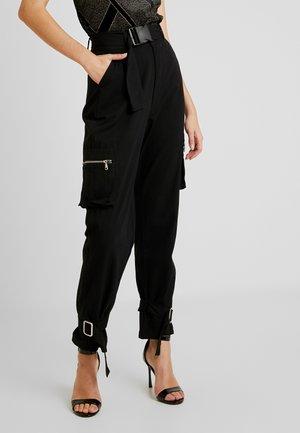 UTILITY POCKET BUCKLE CARGO TROUSERS - Kalhoty - black