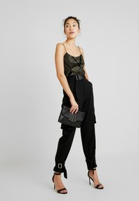 Missguided Tall - UTILITY POCKET BUCKLE CARGO TROUSERS - Pantalones - black - 2