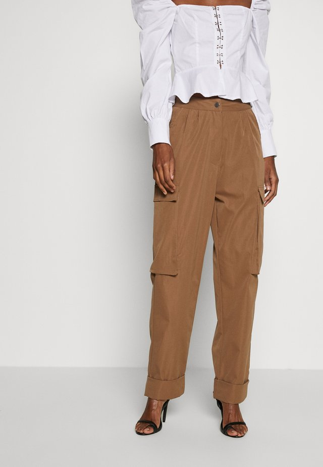 PLEAT FRONT TURN UP HEM CARGO TROUSER - Reisitaskuhousut - tan