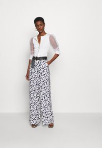 Missguided Tall - FLORAL WIDE LEG TROUSERS - Pantalones - white - 1