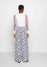 Missguided Tall - FLORAL WIDE LEG TROUSERS - Pantalones - white - 2