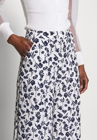 Missguided Tall - FLORAL WIDE LEG TROUSERS - Pantalones - white - 4