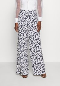 Missguided Tall - FLORAL WIDE LEG TROUSERS - Pantalones - white - 0
