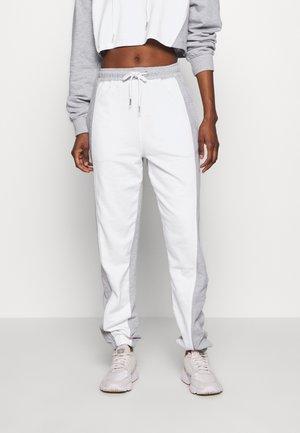 REFLECTIVE CONTRAST 90S JOGGER - Teplákové kalhoty - white/grey