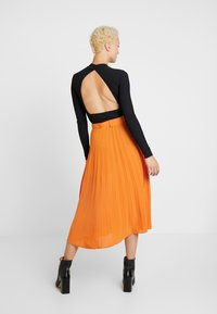 Missguided Tall - BELTED PLEATED MIDI SKIRT - A-snit nederdel/ A-formede nederdele - orange - 2