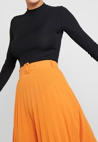 Missguided Tall - BELTED PLEATED MIDI SKIRT - A-snit nederdel/ A-formede nederdele - orange - 4