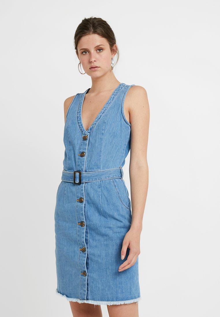 Missguided Tall - BELTED BUTTON THROUGH DRESS - Denim dress - stonewash