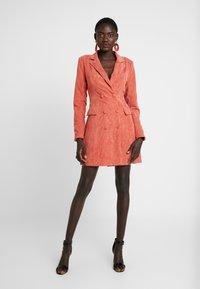 Missguided Tall - BUTTONED BLAZER DRESS - Shirt dress - coral - 2