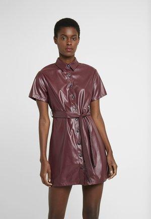 TIE BELT DRESS - Blusenkleid - burgundy