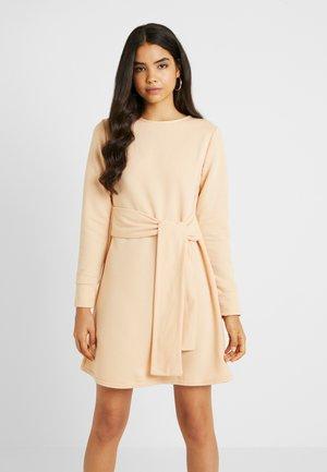 TIE WAIST DRESS - Denní šaty - macadamia