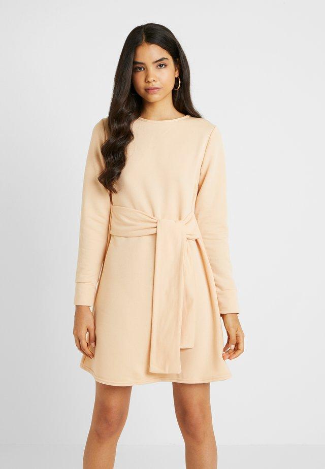 TIE WAIST DRESS - Vapaa-ajan mekko - macadamia
