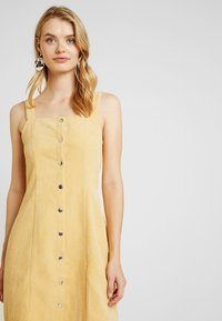 Missguided Tall - POPPER FRONT PINAFORE DRESS - Robe d'été - old gold - 3