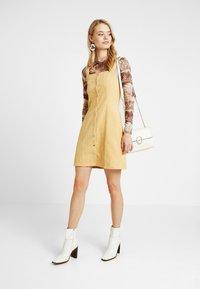 Missguided Tall - POPPER FRONT PINAFORE DRESS - Robe d'été - old gold - 2