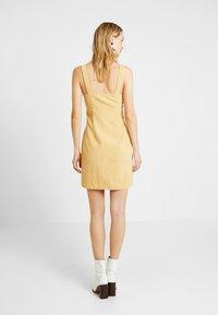 Missguided Tall - POPPER FRONT PINAFORE DRESS - Robe d'été - old gold - 6