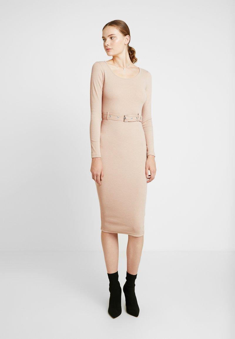 Missguided Tall - BELTED SCOOP NECK MIDI DRESS - Pouzdrové šaty - sand