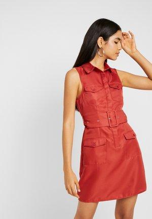 SLEEVELESS BELTED POCKET FRONT DRESS - Košilové šaty - rust