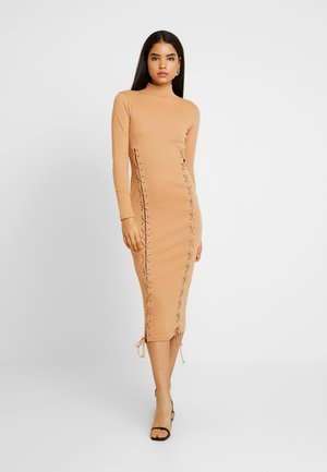 SCOOP NECK EYELET DRESS - Jerseykjole - camel