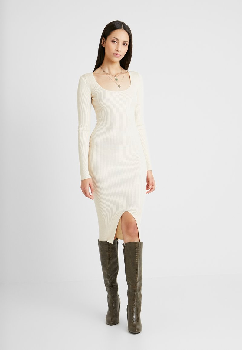 Missguided Tall - ROUND NECK BELTED MIDI DRESS - Pletené šaty - cream