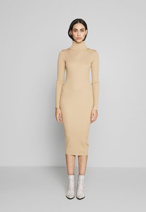 ROLL NECK DRESS - Strikket kjole - camel