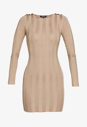 EXTREME CREW MINI DRESS WITH BUTTON SHOULDER - Gebreide jurk - sand