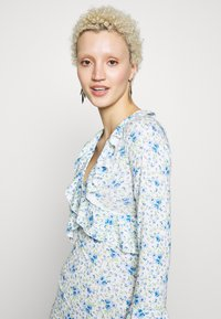 Missguided Tall - FLORAL WRAP FRILL DRESS - Robe en jersey - white - 4