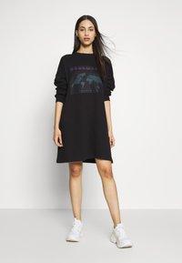 Missguided Tall - TALL EXCLUSIVE SLOGAN DRESS - Kjole - black - 1
