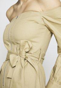 Missguided Tall - BARDOT EXPOSED ZIP BELTED MINI DRESS - Robe d'été - sand - 6