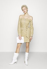 Missguided Tall - BARDOT EXPOSED ZIP BELTED MINI DRESS - Robe d'été - sand - 2