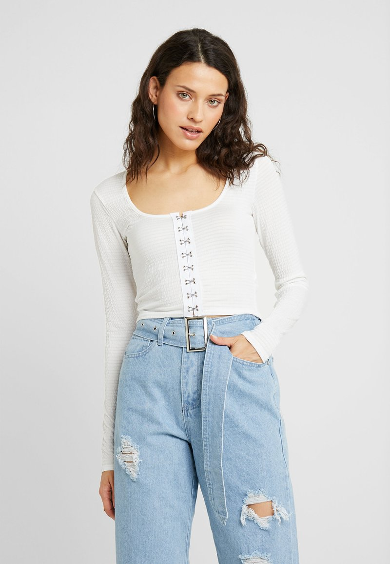 Missguided Tall - HOOK AND EYE CROP - Long sleeved top - white