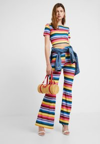 Missguided Tall - STRIPED AND FLARE TROUSER - T-shirt con stampa - blue - 1