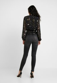Missguided Tall - SPACE PRINT SHIRRED CROP - Blouse - black - 2